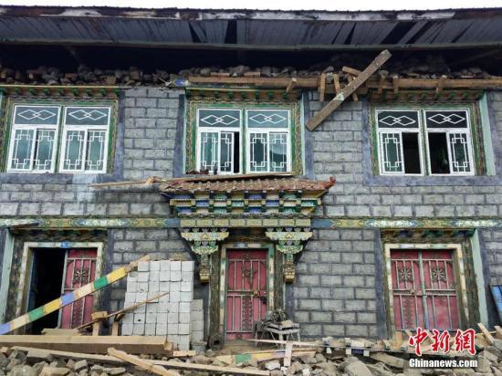 据中国地震台网测定:11月18日6时34分西藏自治区林芝市米林县发生6.9级地震,震源深度10千米。图为震中附近区域、林芝市米林县派镇直白村受损房屋。中新社记者 乔成风 摄