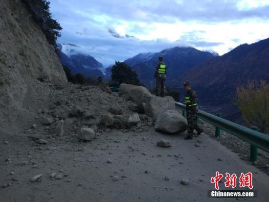 根据中国地震台网正式测定,11月18日06时34分在西藏林芝市米林县(北纬29.75度,东经95.02度)发生6.9级地震,震源深度10千米,时隔约4分钟再次发生4.0级地震。截至11月18日08时30分,经核实,林芝市巴宜区、米林县暂无人员伤亡,有部分民房震裂。据林芝市旅发委消息,震中位于大峡谷核心无人区,距离较近的米林派镇、鲁朗等地方目前都暂时没有人员伤亡。另外,林芝市供电情况正常,目前,林芝供电公司现已启动重大自然灾害应急预案,随时做好输电线路震后隐患排查及应急准备。图为地震后,震区道路出现塌方。 林芝军分区供图