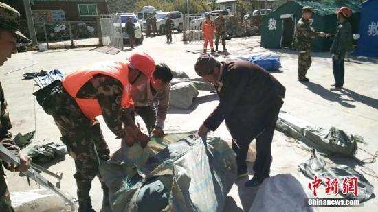 武警林芝支队官兵在地震发生后,在辖区为灾民搭设帐篷。武警西藏总队供图