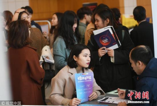 某招聘现场。 图片来源:视觉中国