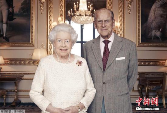 2017年11月19日讯,白金汉宫18日发布英女王伊丽莎白二世和菲利普亲王合照。伊丽莎白二世与菲利普亲王将于11月20日庆祝结婚70周年纪念。