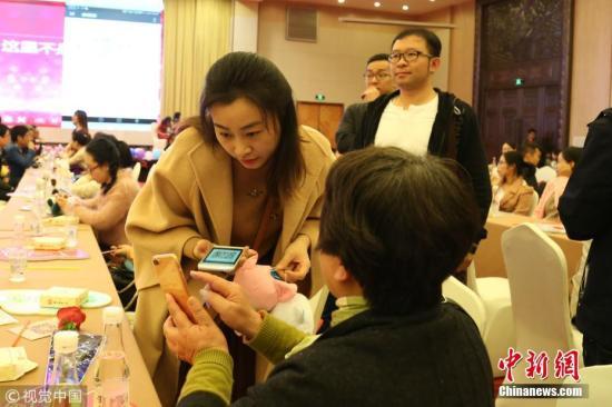 """2017年11月18日,杭州浙江团省委""""亲青恋""""联合浙江省工会举办了一个规模500单身男女的相亲会,原本是报名过后才能入场的。没想到,相亲会潜入了不少家长,现场为儿女物色对象。 图片来源:视觉中国"""