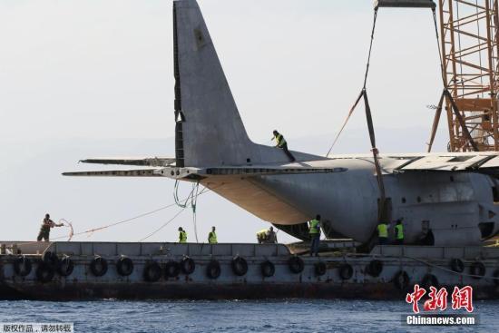 """这架退役的C-130""""大力神""""运输机将被扔进红海,充当约旦海军的新珊瑚礁。"""