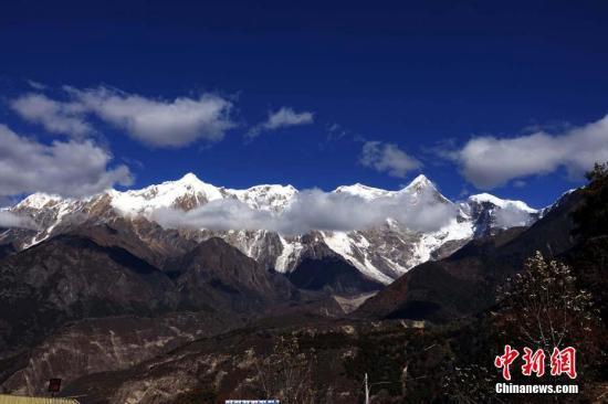 资料图:11月18日晨,西藏自治区林芝市米林县发生6.9级地震。地震没有挡住游客的步伐,米林县雅鲁藏布大峡谷景区吸引力不减。图为南迦巴瓦峰震后景色。中新社记者 孙翔 摄