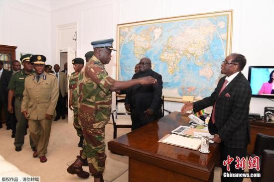 据《今日津巴布韦》网站报道,当地时间19日,津巴布韦总统穆加贝与津军方举行谈判。