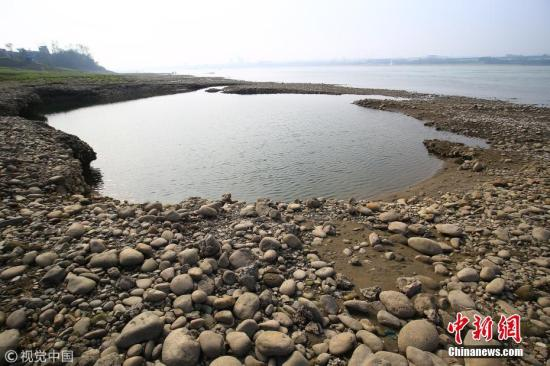 资料图:湖北宜昌猇亭江段裸露的江滩。周建平摄 图片来源:视觉中国