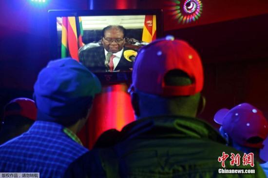 津巴布韦执政党表示,穆加贝必须在星期一中午前辞去总统职务,否则将被弹劾。