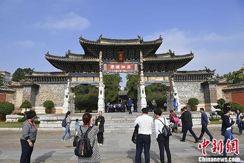 资料图:游客在建水文庙游览。 <a target='_blank' href='http://www.chinanews.com/'>中新社</a>记者 刘冉阳 摄