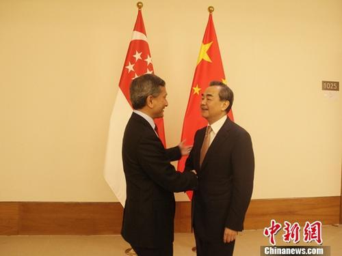 11月20日,率团参加第十三届亚欧外长会议的中国外交部长王毅在缅甸首都内比都国际会议中心会见了新加坡外交部长维文。中新社记者 林永传 摄