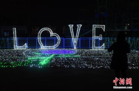 景区内的浪漫爱情主题灯饰吸引市民驻足。周毅 摄