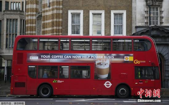 当地时间11月20日,伦敦威斯敏斯特,一辆红色的新能源公交车投入使用。这辆公交车的特殊之处在于,它使用的燃料竟然来自咖啡渣。