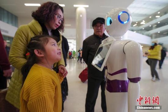资料图:智能机器人提供服务。中新社记者 贾天勇 摄