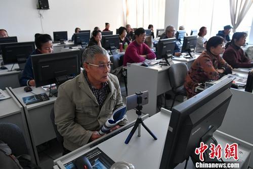 资料图:老年人在老年大学内学习电脑操作。 <a target='_blank' href='http://www.chinanews.com/'>中新社</a>记者 任东 摄