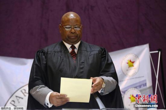 21日下午,津巴布韦众议院启动弹劾穆加贝总统职务的议程。众议长穆登达突然宣布辩论终止,因为穆加贝已经宣布辞职。