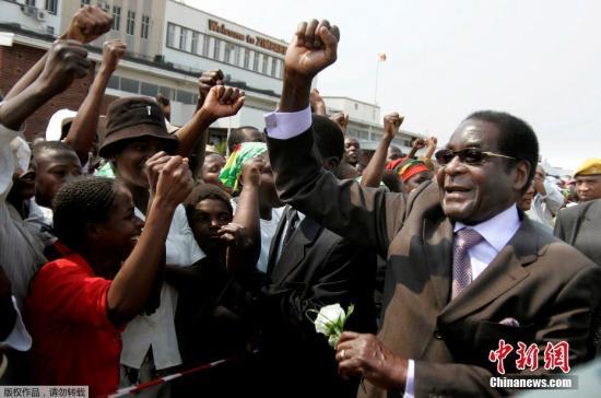 穆加贝出生于1924年2月,是津巴布韦民族解放运动的领袖。自从1980年至今,他一直担任津巴布韦领导人,其中前7年担任总理,后面30年担任总统。他的本届总统任期原定于2018年8月结束。(资料图)