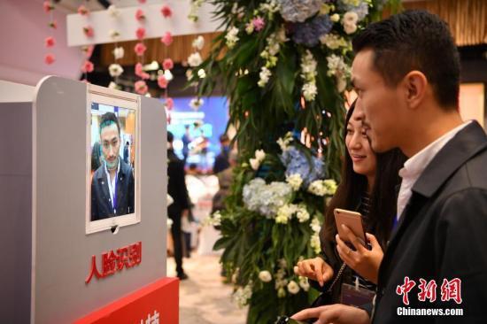 资料图:参观者体验人脸识别技术。记者 刘冉阳 摄