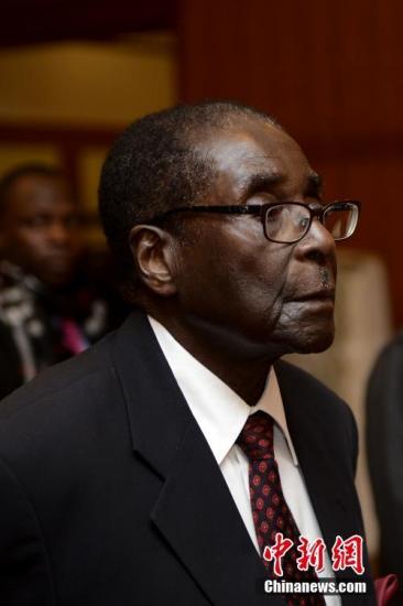 据报道,当地时间11月21日,津巴布韦议会宣布,穆加贝辞去总统职务。图为穆加贝2012年12月访华资料图片。 中新社记者 廖攀 摄