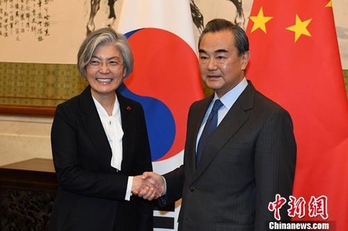 11月22日,中国外交部长王毅在北京钓鱼台国宾馆同韩国外长康京和举行会谈。中新社记者 崔楠 摄