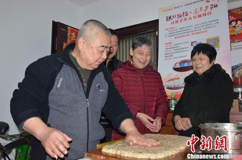 资料图:老人们在一起做糍粑。中新社记者 钟欣 摄