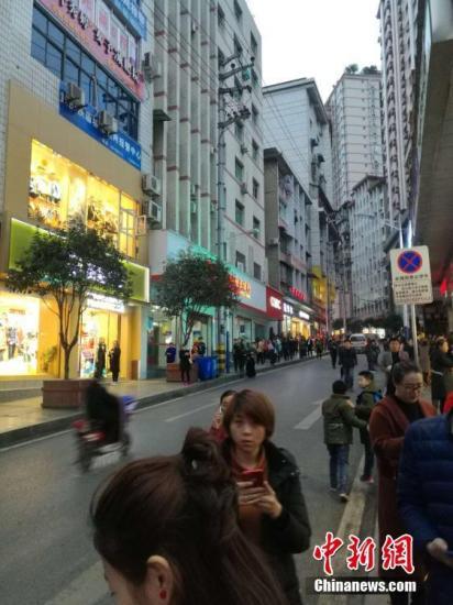 图为地震后在重庆彭水县城民众到街上避险。文/刘相琳 韩璐 网友供图