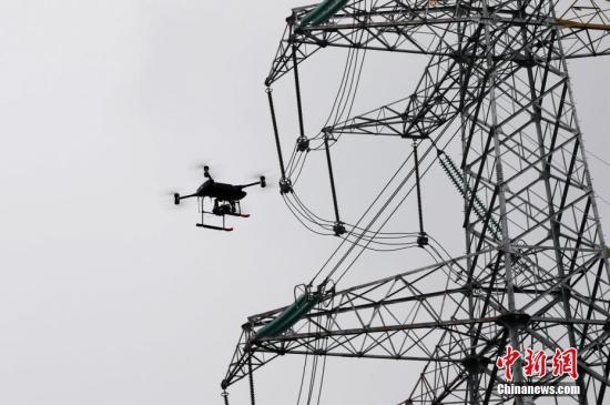 资料图:智能巡检无人机对空中电网进行巡检。周毅 摄