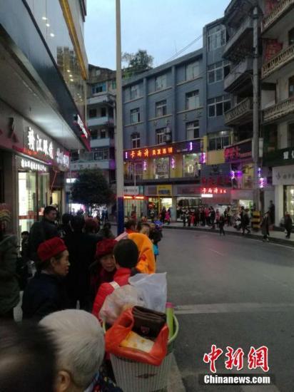 。图为地震后在重庆彭水县城民众到街上避险。文/刘相琳 韩璐 网友供图