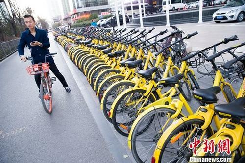 资料图:山西太原,民众正在使用共享单车。/p中新社记者 张云 摄