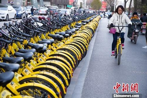资料图:山西太原,民众正在使用共享单车。 <a target='_blank' href='http://www.chinanews.com/'>中新社</a>记者 张云 摄