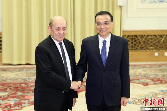 11月24日,中国国务院总理李克强在北京人民大会堂会见法国外长勒德里昂。记者 盛佳鹏 摄