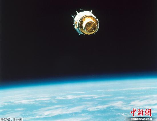 """1963年2月14日,辛康1号卫星从卡纳维拉尔角发射上天,这是世界上第一颗地球同步通信卫星升空飞行。从此,长途电话和卫星电视进入了我们的生活。人们可以足不出户就看到全世界的电视信号,与世界各地的人通过电话沟通。早在1945年,二战刚刚结束,科幻小说家亚瑟?克拉克就在《地外中继》一文中,首次提出了利用地球轨道上空的同步卫星传送通讯信号的设想。尽管同步卫星的技术概念并不是他第一个发明的,但卫星通信的设想,仍然被公认为有史以来最伟大的科学预言之一。通信卫星所运行的轨道,后来被国际天文学联合会命名为""""克拉克轨道""""。图为1989年,NASA发射到地球同步轨道的TDRS-D卫星。"""