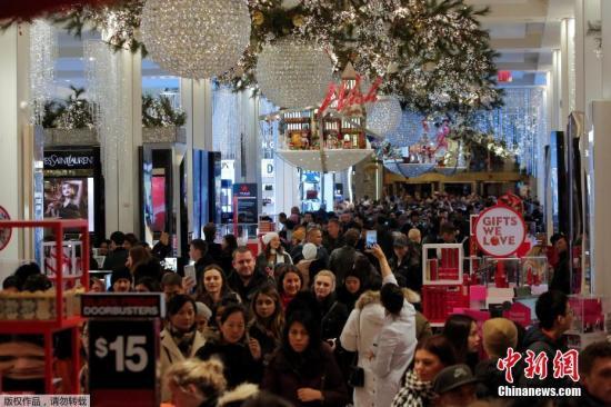 """美国纽约迎来""""黑五""""季,民众在梅西百货购物。"""