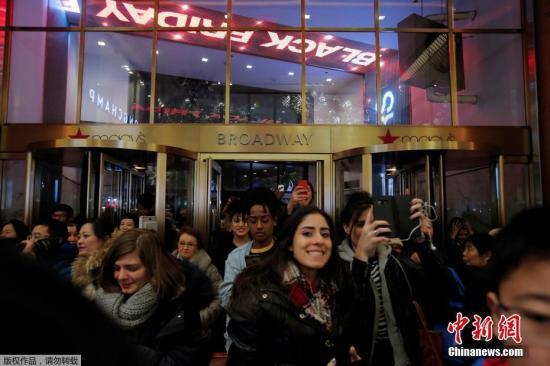 """当地时间2017年11月23日,美国纽约迎来""""黑五""""季,民众在梅西百货购物。""""黑五""""是指每年11月的第四个周五,传统上这是美国民众圣诞节大采购的第一天。作为感恩节后、圣诞节前的疯狂""""剁手季"""",外国民众在这几天全力买买买,其景象堪与中国的""""双十一""""媲美。"""