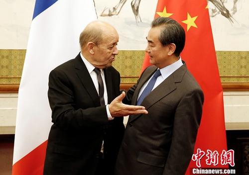 11月24日,中国外交部长王毅(右)在北京会见来华访问的法国外长勒德里昂。中新社记者 李慧思 摄