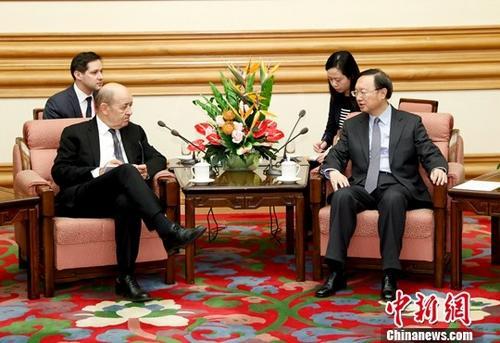 11月24日,中共中央政治局委员、国务委员杨洁篪在北京中南海会见法国外长勒德里昂。中新社记者 杜洋 摄