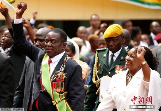 津巴布韦新任总统埃默森・姆南加古瓦与夫人共同参加宣誓就职仪式。