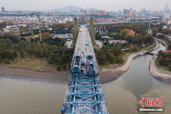 资料图:航拍长江大桥上铺设钢板。泱波 摄