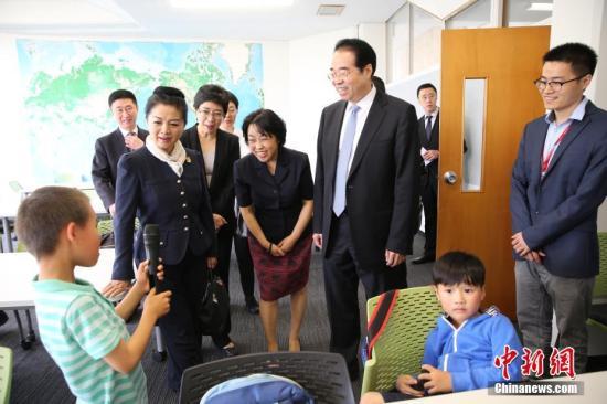 11月25日,中国国务院侨务办公室党组书记、副主任许又声走访新西兰侨界。图为许又声看望暨南大学新西兰实验学校学中文的学生。记者 陶社兰 摄