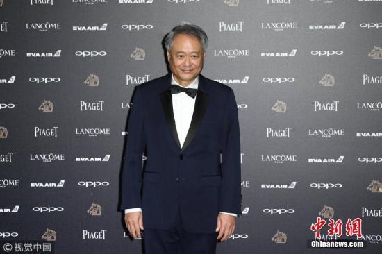 11月25日,第54届台湾电影金马奖颁奖典礼在台北举行,众多明星亮相红毯。图为李安亮相红毯。图片来源:视觉中国