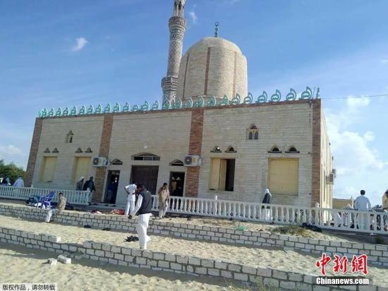 当地时间11月24日,埃及西奈半岛北部al-Arish地区一清真寺在祷告期间遭遇炸弹袭击事件。