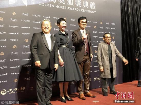 11月25日,第54届台湾电影金马奖颁奖典礼在台北举行,众多明星亮相红毯。图为曾志伟等亮相红毯。图片来源:视觉中国