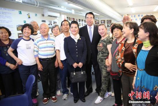 11月25日,中国国务院侨务办公室党组书记、副主任许又声走访新西兰侨界。图为许又声与奥克兰侨胞合影。记者 陶社兰 摄