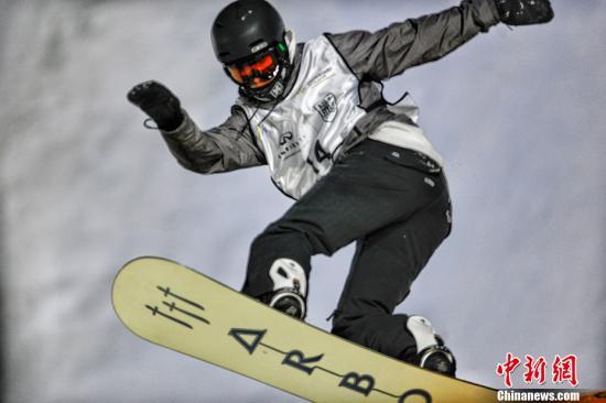 该项比赛至今已连续在京举办七届,本次升级为国际雪联单板滑雪大跳台世界杯赛,同时成为平昌冬奥会的四站积分赛之一,因此吸引了70约名世界顶尖选手参加。图为选手在比赛中。/p中新网记者 李霈韵 摄