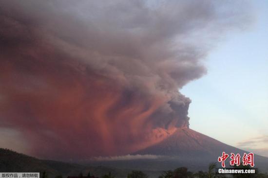 月26日,印尼巴厘岛卡朗阿森,阿贡火山喷发.-印尼阿贡火山警戒级