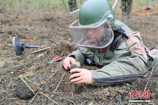 11月27日,扫雷官兵正在作业。当日,中越边境云南段新一轮扫雷工作在文山麻栗坡启动。扫雷官兵将在一年时间内,排除近38平方公里雷区,并协助雷区所在地政府对24平方公里雷区进行永久性封围。 <a target='_blank' href='http://www.chinanews.com/'>中新社</a>记者 张峻森 摄