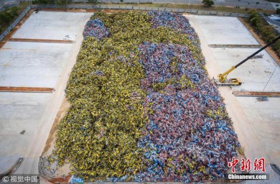 资料图:厦门某处,大量共享单车堆积如山。 陈紫翔 摄 图片来源:视觉中国
