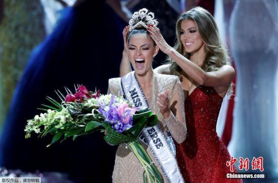 当地时间2017年11月26日,美国拉斯维加斯,2017年环球小姐决赛举行。最终21岁的南非小姐Demi-Leigh Nel-Peters艳压群芳,夺得冠军。