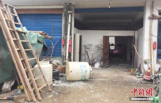 资料图:宁波爆炸事件中一处房屋受爆炸影响满地玻璃。 何蒋勇 摄