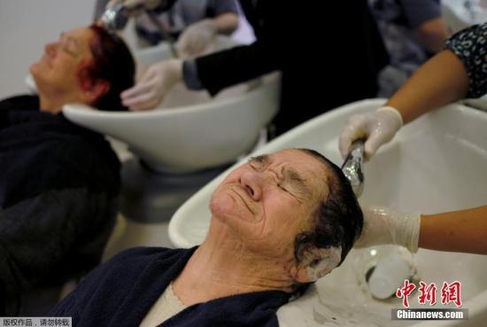 当地时间2017年11月27日,巴西圣保罗,老年妇女在美容院接受提供化妆和美容护理服务。该活动由Projeto Velho Amigo机构组织,90名住在养老院的妇女参加了这项活动。