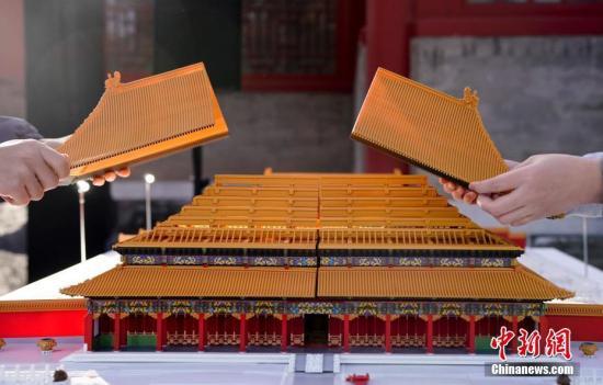 """11月28日,主题为""""传统文化×未来想象""""的""""文化+科技""""国际论坛在故宫博物院举办。图为通过3D打印技术打造的故宫微缩模型。 中新社记者 杜洋 摄"""