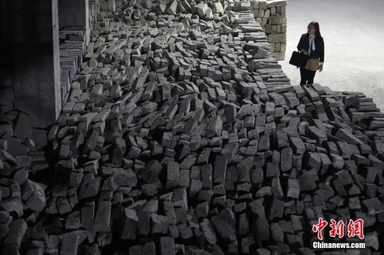 """资料图:活动开展一年以来,南京城墙保护管理部门共从社会各处收集到散落的砖约8万余块,为未来修缮古城墙大大充实了南京明城墙砖的""""仓储""""。 泱波 摄"""